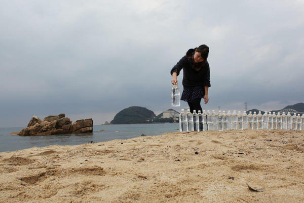 Nina Fischer & Maroan el Sani, Spirits closing their eyes, HD, colour, stereo 72 min., 2013 production still: Art-Intervention at Mihama Beach, to symbolize the fight against nucelar power, with un- usual methods Quelle: (c) fischerelsani, berlin 2013